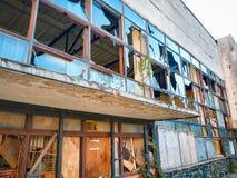 Сломленные окна на старом здании с отражениями стоковое изображение