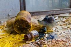 Сломленные стекла химикатов в старом получившемся отказ hospit стоковая фотография
