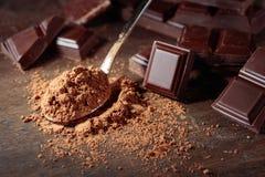 Сломленные части и бурый порох шоколада стоковое фото rf