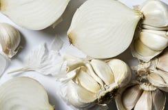 Сломленные шарики чеснока и белых луков Стоковая Фотография RF