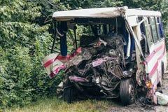 Сломленный автобус после аварии стоковое фото
