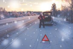 Сломленный автомобиль на снежной дороге зимы стоковые изображения