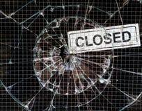 Сломленный вандализм окна - закрытый магазин стоковые фотографии rf