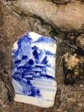 Сломленный китайский фарфор и белая гончарня стоковое изображение
