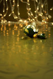 Сломленный орнамент праздника зеленого цвета и золота Стоковая Фотография RF