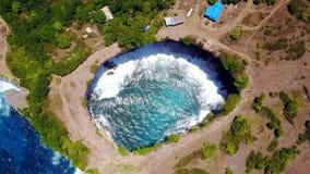 Сломленный пляж на острове Penida в Индонезии Стоковое Изображение