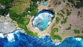 Сломленный пляж на острове Penida в Индонезии Стоковые Изображения RF