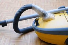 Сломленный пылесос Сорванный шланг обернутый в клейкая лента для герметизации трубопроводов отопления и вентиляции Стоковые Изображения RF