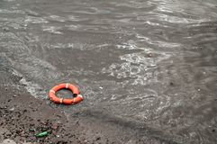 Сломленный спасатель плавая в реку Стоковое Фото