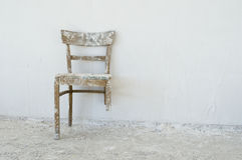 сломленный стул старый Стоковые Изображения