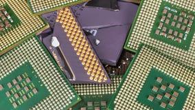 Сломленный устарелый процессор среди новых современных одних стоковая фотография rf
