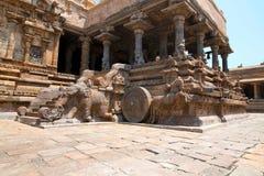Слоны балюстрад и лошадей скакать, Агры-mandapa, виска Airavatesvara, Darasuram, Tamil Nadu Взгляд от юга стоковые изображения
