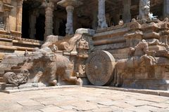 Слоны балюстрад и лошадей скакать, Агры-mandapa, виска Airavatesvara, Darasuram, Tamil Nadu Взгляд от юга стоковые фото