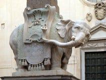 Слон и обелиск, конструированные Bernini, базилика Santa Maria Sopra Minerva, Рим стоковые изображения rf