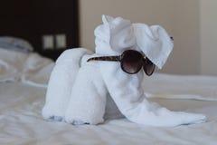 Слон с солнечными очками клал из белых полотенец в гостиничном номере Стоковая Фотография RF