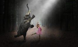 Слон танцев, танцор балерины, девушка, природа стоковые изображения rf