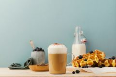 Служат кофе с waffles для завтрака Стоковое Изображение RF