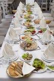 Служат таблица в интерьере ресторана стоковое фото rf
