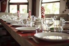 Служат таблица в ресторане запачканная предпосылка Стоковые Изображения RF
