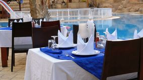Служат таблица около бассейна с открытым морем в курорте Египта сток-видео