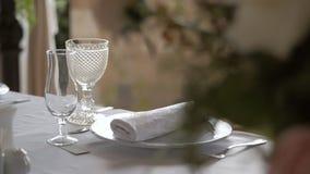 Служат таблица Стекла на таблице Banqueting зала Банкет в ресторане сток-видео