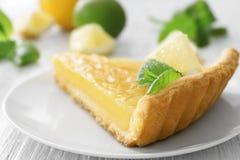 Служат часть пирога лимона, который Стоковая Фотография RF