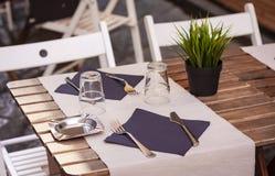 Служащ на таблице на террасе café в Катании, Сицилия, Италия стоковое изображение rf
