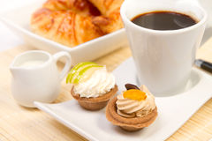 служят завтрак, котор Стоковые Изображения RF