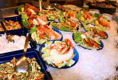 служят продукты моря гастронома, котор свежие Стоковое фото RF