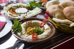 служят pita hummus хлеба, котор стоковая фотография