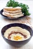 служят pita hummus хлеба, котор Стоковое Изображение