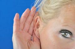 Слух женщины с рукой стоковое изображение