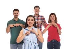 Слух - поврежденные люди показывая слово изолированный ДРУГА на языке жестов стоковое фото