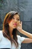 слух руки девушки жеста 2 азиатов стоковые изображения