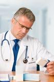 случаи врачуют рассматривая микстуру Стоковое Изображение RF