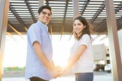 Случайно одетые пары вися вне на выходных стоковая фотография