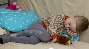 Случайно упаденный уснувший 2-ти летний ребенок стоковое фото
