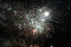 Случайные фейерверки показывают ночью стоковые изображения