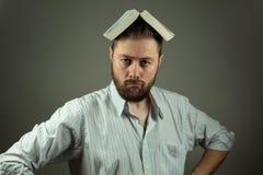 Случайный бизнесмен с книгой используя образование для того чтобы преодолевать проблемы дела стоковое фото