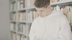 Случайный стильный студент имеет исследование в библиотеке видеоматериал