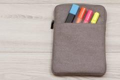 случай Сумк-карандаша с цветом чувствовал ручки и отметку на сером деревянном b Стоковое Изображение RF