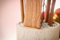 Случай телефона с беспроводной поручать Деревянная текстура стоковые фотографии rf