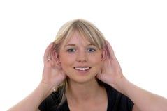 слушает детеныш женщины Стоковая Фотография RF