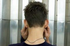 слушает подросток mp3 плэйер к стоковое изображение
