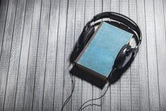 Слушают adudiobooks Стоковые Фотографии RF