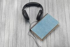 Слушают adudiobooks Стоковые Изображения RF