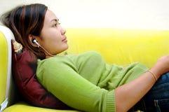слушая женщины нот Стоковая Фотография