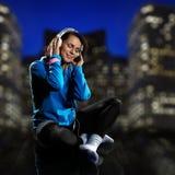 слушая нот к женщине Стоковые Фотографии RF