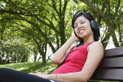 слушая нот к женщине Стоковая Фотография
