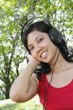 слушая нот к женщине Стоковое Изображение